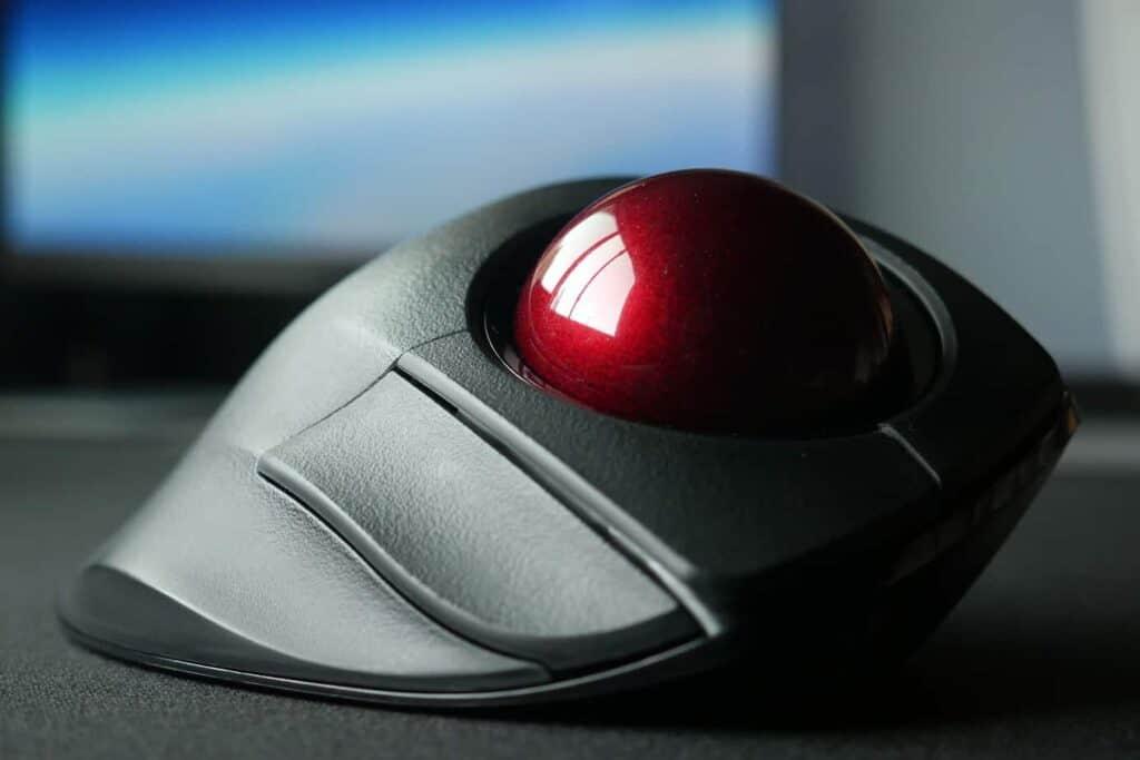 Front view of the Elecom Deft Pro trackball